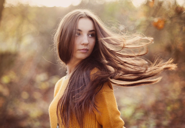 beautiful-girl-in-autumn-forest_HCfz5Xe2WW