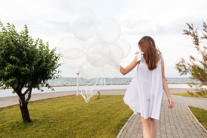 young-woman-in-white-with-balloons_gQ4zmShe