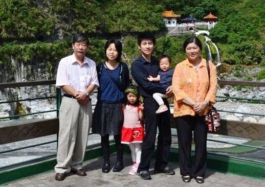 張栩の実家家族.左側から2番目が妻小林泉美