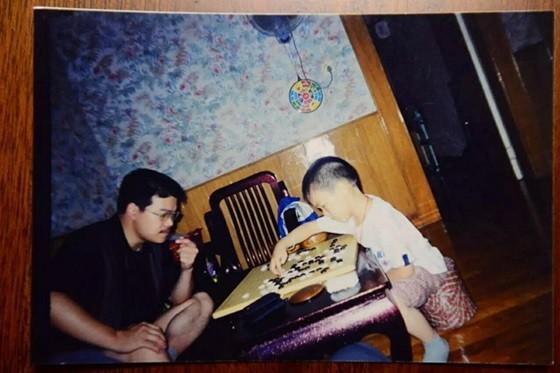 12年前柯洁(右側)が父と碁を打つ姿. 柯潔の父親はタイジェム7段の棋力だ。