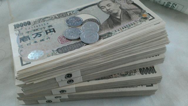 Twitter民「先輩がレクサス店に普段着で行ったら鼻であしらわれたのでスーツケースから100万円を」