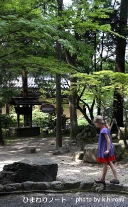 お寺と女の子。