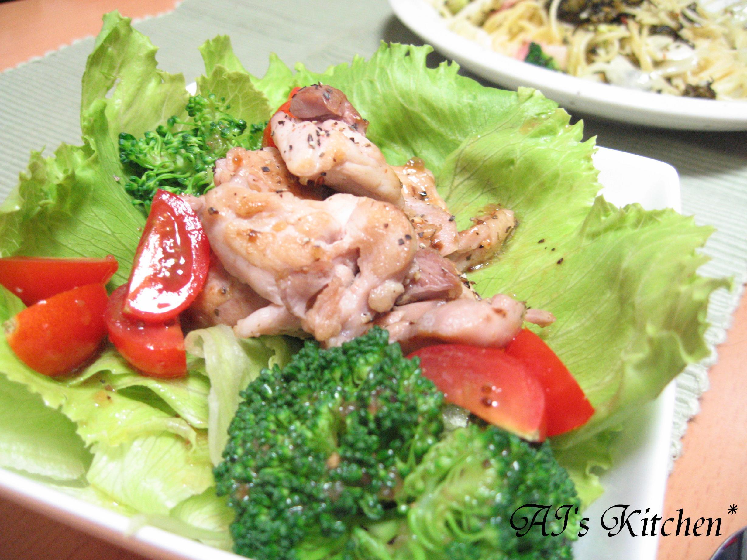 ハーブチキンのせサラダ 春雨炒めをのせたサラダです。 レタスに包んで食べるといい感じでした( ´