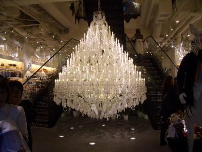 クリスタルガラス製の巨大シャンデリア