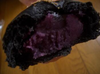 BAKER&CHEFの竹炭紅芋パンの中身