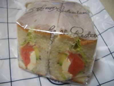 サーモンとアボカドのサンドイッチ