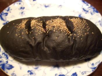 名古屋市北区にあるBAKER&CHEFの竹炭紅芋パン