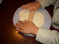 手作りピザの生地を伸ばす