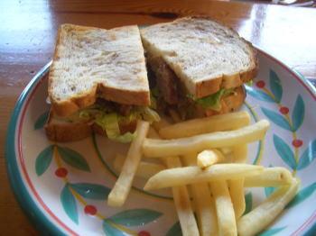 喫茶店 ISLANDのハンバーグサンドイッチ