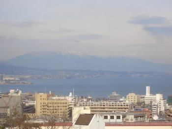 琵琶湖と雪山の景色
