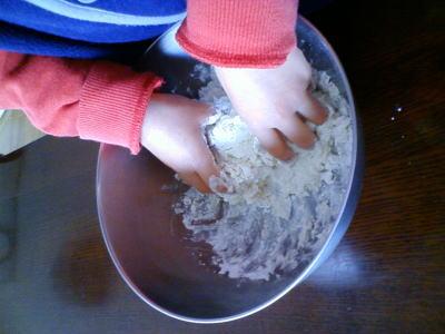 塩水を加えて小麦粉をこねます