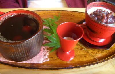 木のカップで飲む珈琲と豆腐のレアチーズ