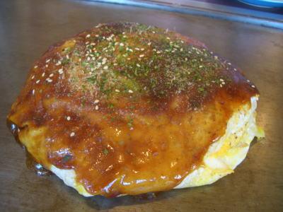 玉子で包んだドーム型のモダン焼き