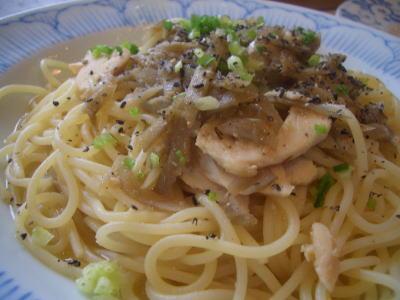 きんぴらごぼうと蒸し鶏の黒胡椒風味の和風バターソース