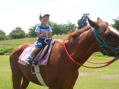 138タワーパークの広場で,4歳の息子が乗馬している風景