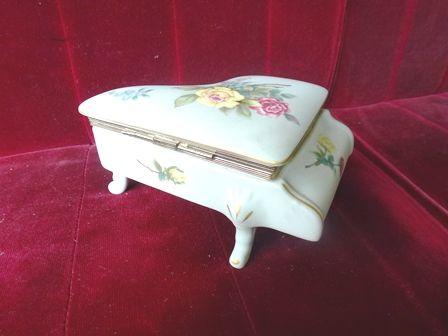 ピアノ型蓋物オルゴール付き