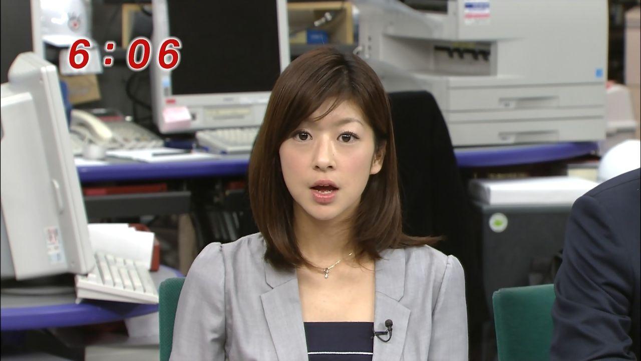 グレーのスーツを着て真面目な表情でニュースを読むアナウンサー、生野陽子