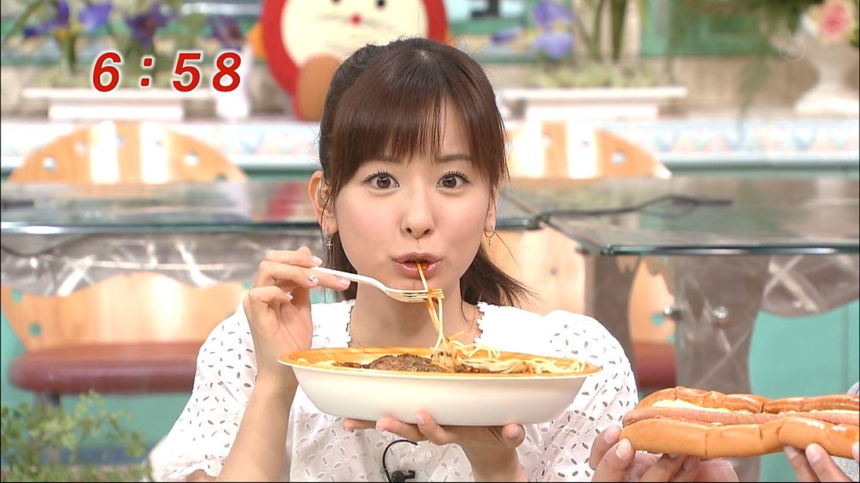 パスタを食べている皆藤愛子。
