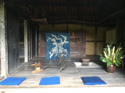 四国村 藍染め風呂敷と座布団