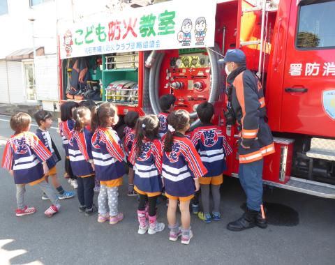 消防車 子供2