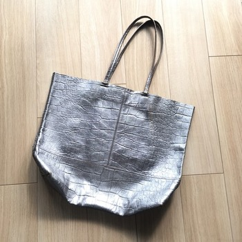 シルバーのバッグ