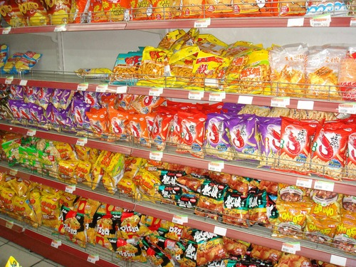 最近のコンビニのお菓子って包装だけデカくて立派だけど中身は食べ残しレベルの少量だよね もはや詐欺