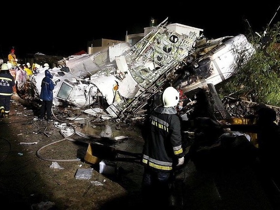 TransAsia Airways Plane Crashes_01