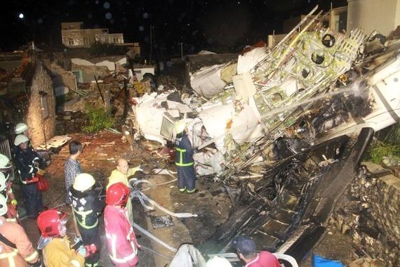TransAsia Airways Plane Crashes_06
