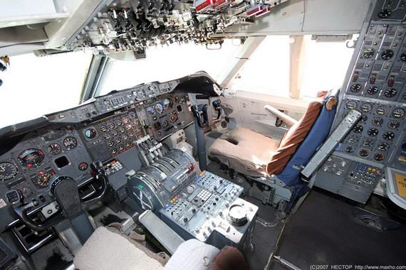 Boing747-200_cockpit_04