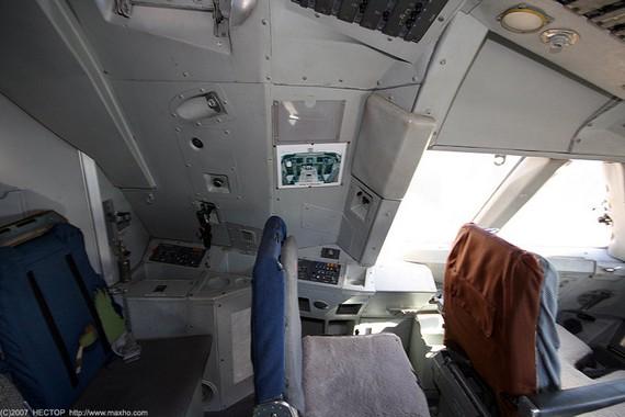Boing747-200_cockpit_09