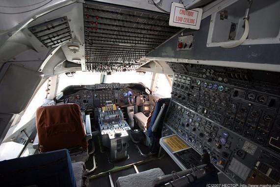 Boing747-200_cockpit_01
