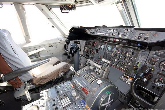 Boing747-200_cockpit_03