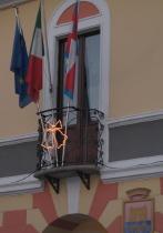 11dec2005 町役場の窓