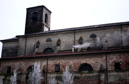 霧が立ち去った後の教会