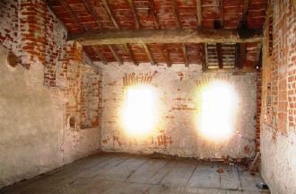 廃墟の窓からの光