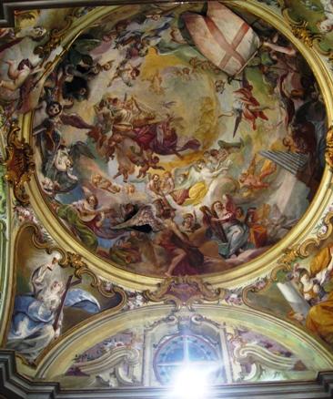 ガラスケースの上にある天井