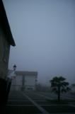 霧の自宅前