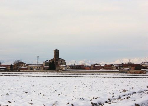 雪の残る田園