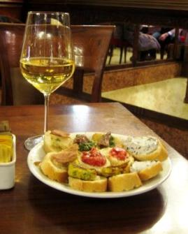 ワインカフェで軽食