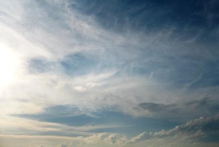 雨上がりの雲からの光