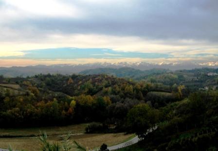 アルバ近郊の丘陵地帯