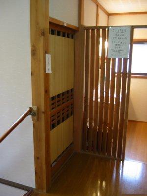 鍵のかからない部屋の前