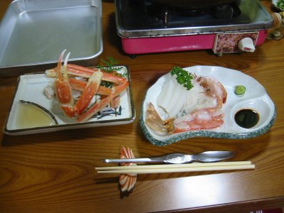 酢で食べるかにと、かにの刺身