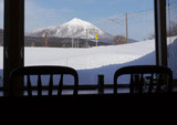 店内からのぞむ磐梯山