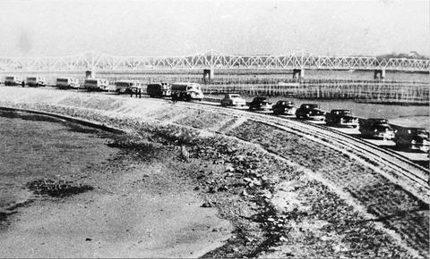 P207上渡橋式の自動車の列