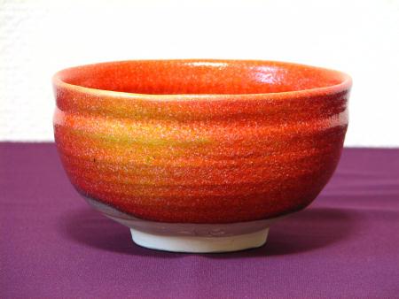 赤く霜降り模様の抹茶茶碗