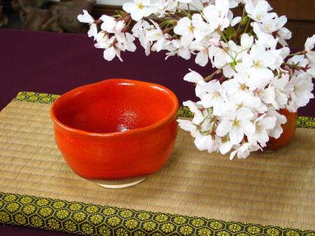 赤い抹茶茶碗に桜を添えて