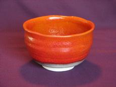 鮮やかな赤い抹茶茶碗