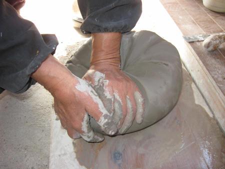 陶芸の土練り中です