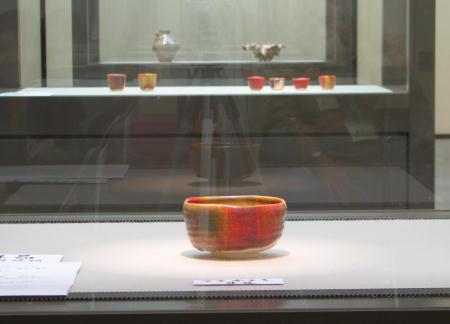 七色に変化する赤い抹茶茶碗
